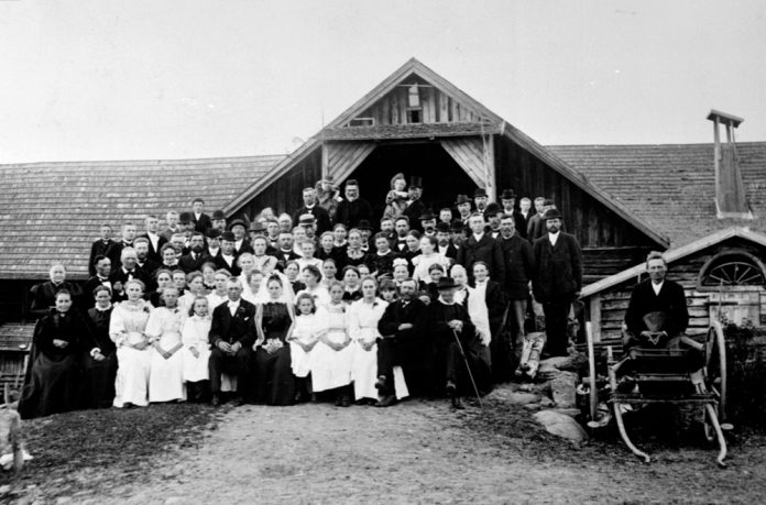 From the wedding of Thea Louise and Halvor Herbrandsen Amb in 1897. The location is Øvre Sund farm, Helgøya, Ringsaker, Hedmark. Norway. | Photo: Martin Finborud - digitaltmuseum.no 0412-09740 - public domain.