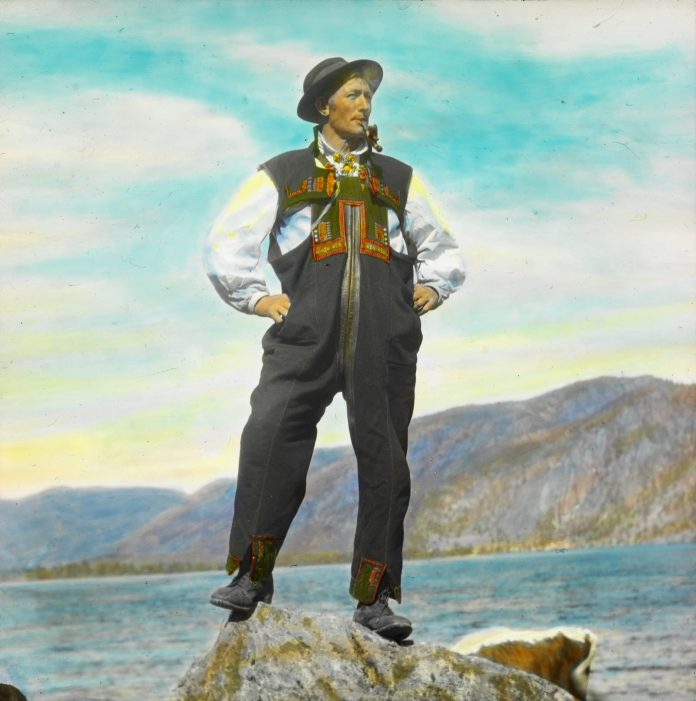 Mouth-harp-maker and musician Mikkjel Kåvenes (1872-1939), posing in his folk costume from Setesdal, Agder, Norway in 1934.   Photo: Anders Beer Wilse - digitaltmuseum.no DEX_W_00232 - CC BY.