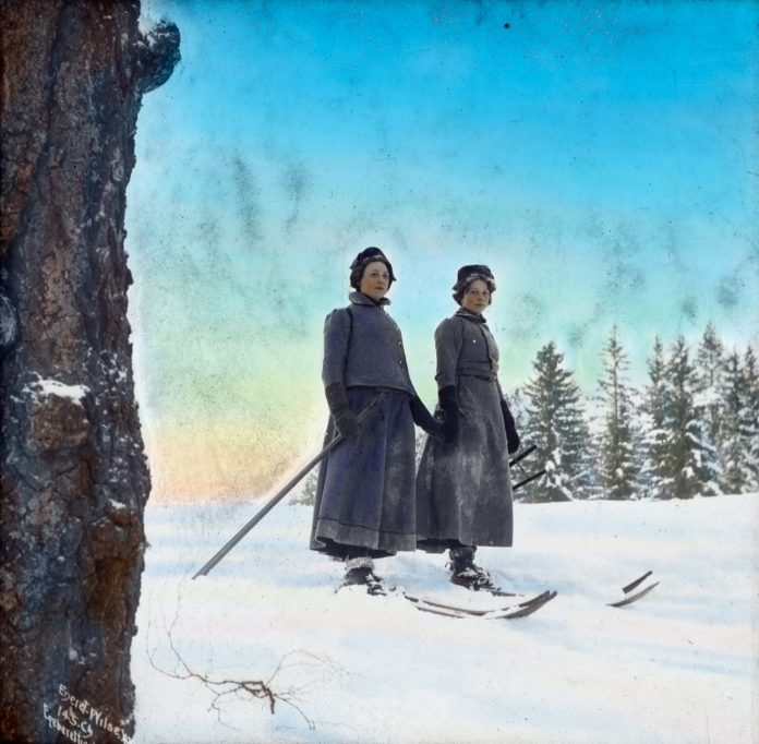 Norwegian ladies skiing in 1902. Note how they in earlier times used one simple ski pole only. | Photo: Anders Beer Wilse - digitaltmuseum.no DEX_W_00549 - CC BY.