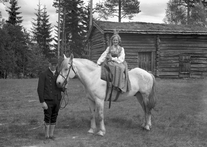 This beautiful photo is titled «Glomdalsbrud» - bride of Glomdal - and belongs to the collection of the wonderful open-air Glomdal museum in Elverum, Hedmark, Norway. | Photo: Erling Syringen Glomdalsmuseet - digitaltmuseum.no ES.01310 - Public domain.