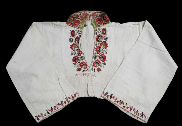 Beautiful embroidery. A folk costume blouse (female) from Sauherad, Telemark, Norway. From before 1879 - made from linen and wool.   Photo: Anne-Lise Reinsfelt Norsk Folkemuseum - digitaltmuseum.no NF.1992-2490 - cc by-sa.