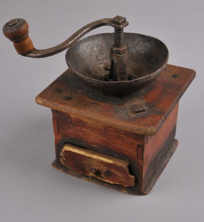 Old Norwegian coffee grinder. The Norwegian word is «kaffekvern» - or in local Telemark dialect: «kvenn». | Photo: Vest-Telemark Museum - digitaltmuseum.no KVB.0088 - cc by-sa.