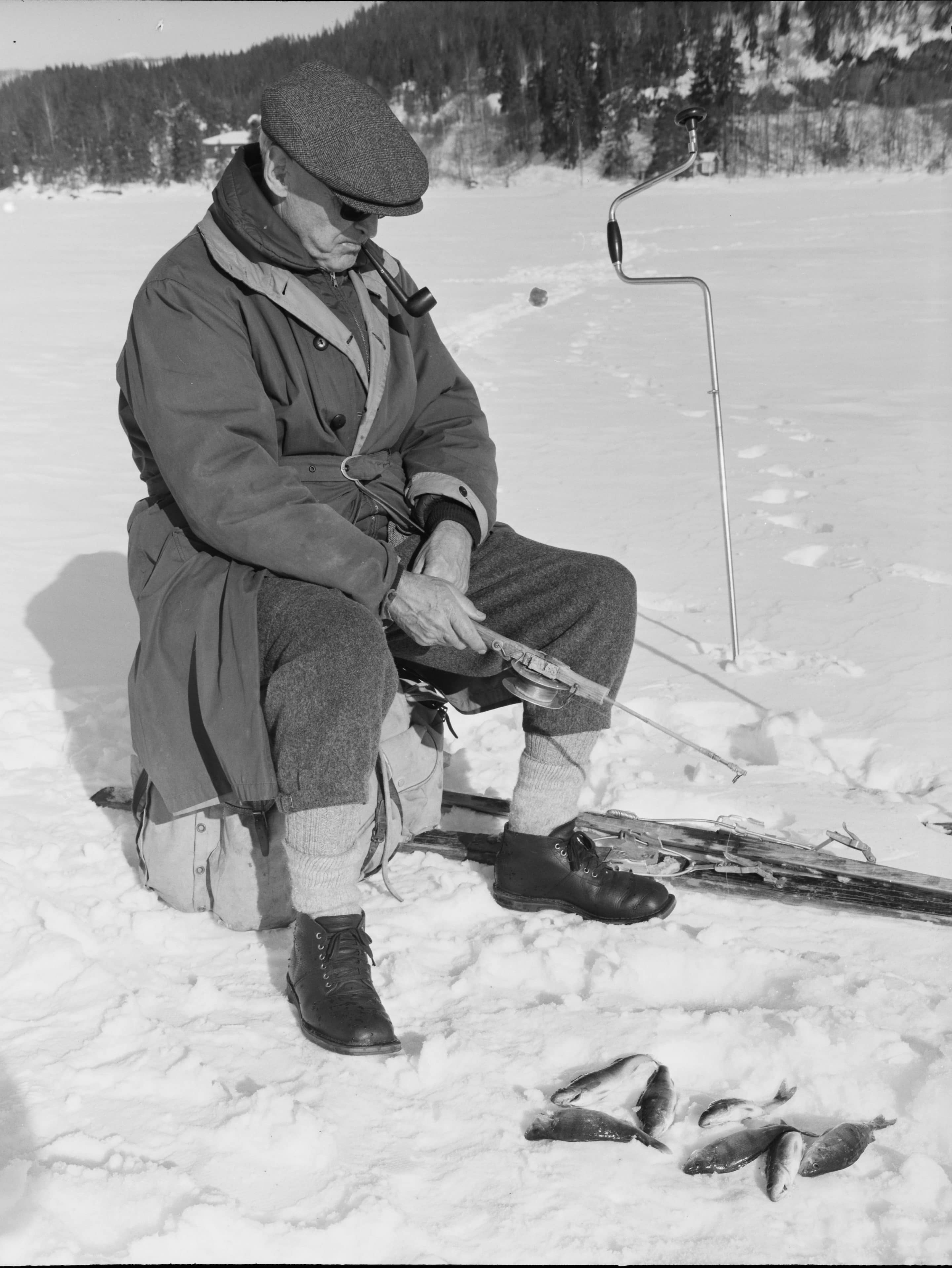 Ice-fishing on Lake Tyrifjorden in 1966. | Photo: Arnulf Husmo - Mittet & Co AS cc pdm.